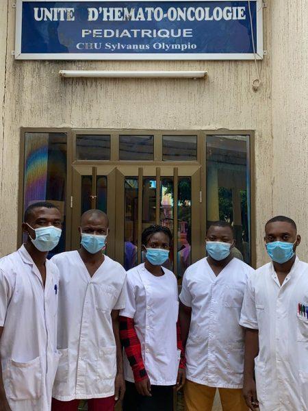 Infirmiers et psychologues devant hôpital